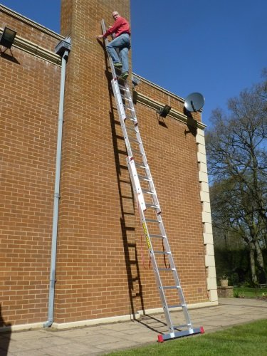 7 11m TRADE MASTER 3 Section Extension Ladder with Integral Stabiliser